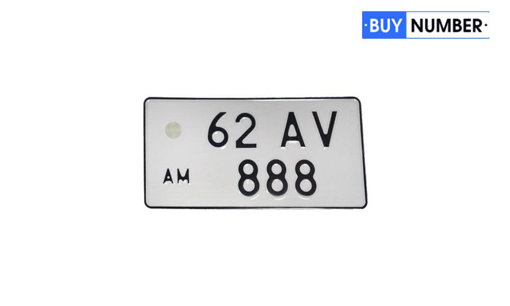 Армянская квадратная номерная табличка старого образца на машину